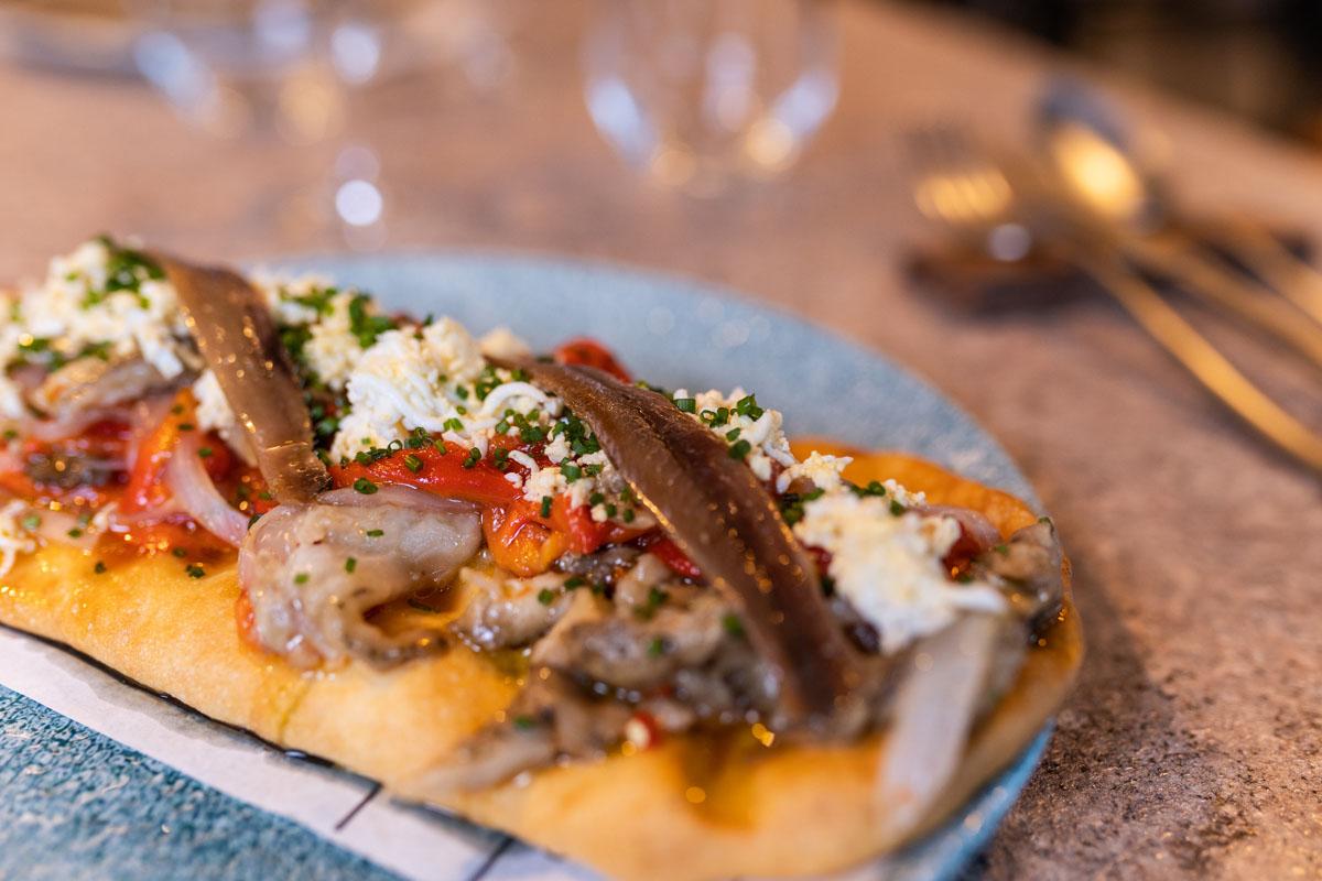 Restaurante Jadelu en Foios. Tosta con productos de la Huerta Valenciana y anchoa