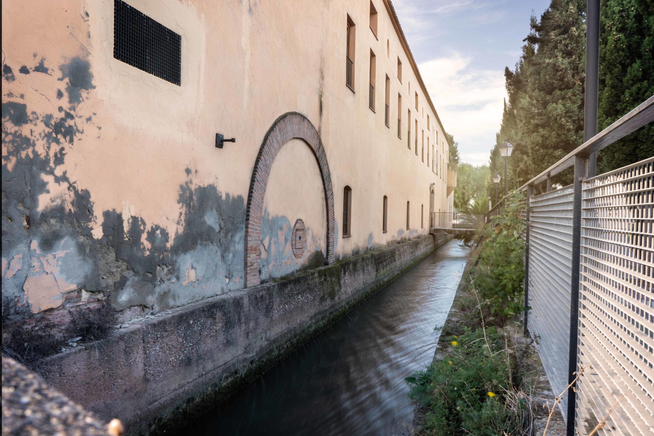 Antigua Fábrica de Seda. Vista de la acequia que movía las aguas